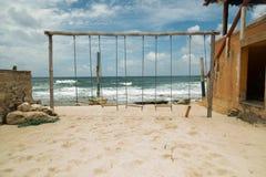Svänga på stranden på en solig dag Fotografering för Bildbyråer