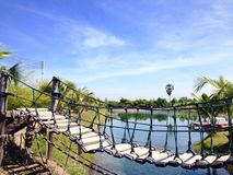 Svänga sjön för korsningen för repbron den trevliga och klara vatten Arkivbild