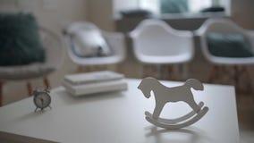Svänga tappninghästleksaken på tabellen inom ljus inre stock video