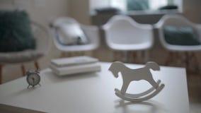 Svänga tappninghästleksaken på tabellen inom ljus inre arkivfilmer