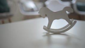 Svänga tappninghästleksaken på tabellen inom ljus inre lager videofilmer