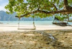 Svänga uppsättningen och hängmattan på strandhavsikten Arkivfoto