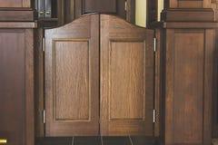 Svängande dörrar för västra salong arkivbild