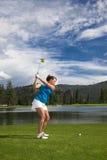 Svängande golfklubb för kvinna Arkivfoton