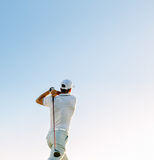 Svängande golfklubb för man mot klar himmel royaltyfri foto