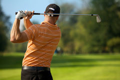 Svängande golfklubb för ung man, bakre sikt fotografering för bildbyråer