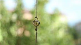 Svängande hypnotisk klockaklockpendel lager videofilmer