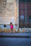 Svängande påse för kubansk flicka i gatorna av camagues royaltyfri bild
