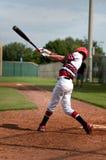 Svängande slagträ för ungdombaseballpojke Royaltyfri Foto