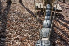 Svängande väg av gamla gummihjul detaljen av repet som klättrar banaramen för barn och vuxna människor, i att klättra repet för a arkivbilder