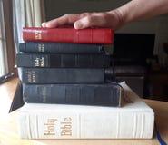 Svära på en bunt av biblar royaltyfria foton