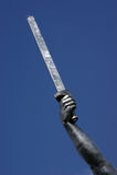 Svärd i en metallhand Royaltyfri Fotografi