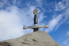 Svärd i stenen mot himlen Arkivfoton