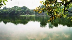 Svärd sjö i hösten, Hoan Kiem, mummel Noi, Vietnam Arkivbilder