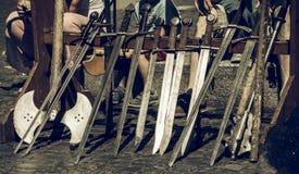 Svärd ställde in i rad för riddaredemonstrationen på en medeltida marknad royaltyfria foton