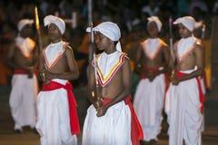 Svärdbärarna promenerar rutten av Esalaen Perahara i Kandy i Sri Lanka Arkivfoto