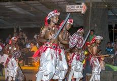 Svärddansare utför längs gatorna av Kandy i Sri Lanka under Esalaen Perahera Royaltyfri Foto