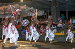 Svärddansare utför längs gatorna av Kandy i Sri Lanka under Esalaen Perahera Arkivbild