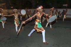 Svärddansare utför längs gatorna av Kandy under Esalaen Perahara i Sri Lanka Arkivfoton