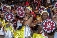 Svärddansare utför längs gatorna av Kandy under Esalaen Perahera i Sri Lanka Fotografering för Bildbyråer