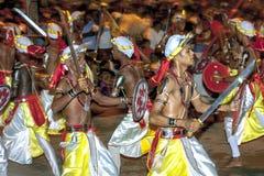 Svärddansare utför längs gatorna av Kandy under Esalaen Perahera i Sri Lanka Arkivbilder