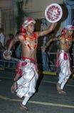 Svärddansare utför längs gatorna av Kandy under Esalaen Perahera i Sri Lanka Arkivfoto