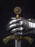 Svärdet av korsfararen och riddarens handske Arkivfoton