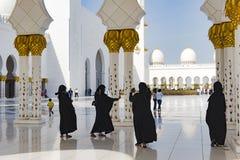 Svärta beklädde kvinnor som tar selfies i den stora moskén, Sheikh Zayed Grand Mosque, Abu Dhabi arkivfoton