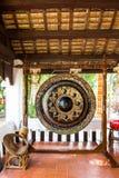 Svärta den dekorerade gongen i en budhisttempel, Thailand Royaltyfri Fotografi
