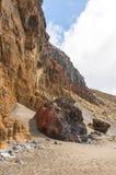 Svärta den vulkaniska stranden för sanden ovanför vägen tenerife för oklarhetsöberg Royaltyfri Bild