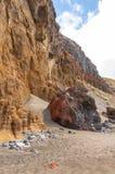 Svärta den vulkaniska stranden för sanden ovanför vägen tenerife för oklarhetsöberg Royaltyfria Foton