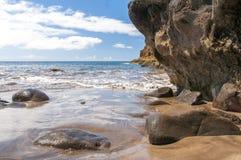 Svärta den vulkaniska stranden för sanden ovanför vägen tenerife för oklarhetsöberg Arkivfoto