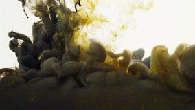 Svärta och gulna den kulöra vätskeblandningen under vatten stock video