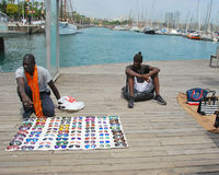 Svärtar köpmän på skeppsdockan i Barcelona Arkivbild
