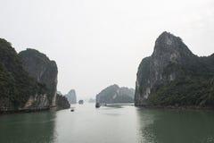 Sväva öar i Halong skälla i vintern, Vietnam Royaltyfria Bilder