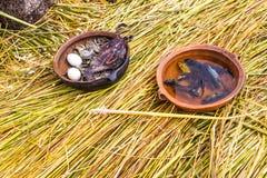 Sväva öar på sjön Titicaca Puno, Peru, Sydamerika som hem halmtäckas Tätt rota att växter Khili väver samman Royaltyfri Bild