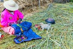 Sväva öar på sjön Titicaca Puno, Peru, Sydamerika som hem halmtäckas Tätt rota att växter Khili väver samman Royaltyfria Bilder