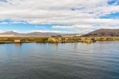 Sväva öar på sjön Titicaca Puno, Peru, Sydamerika som hem halmtäckas Tätt rota att växter Khili väver samman Royaltyfri Foto