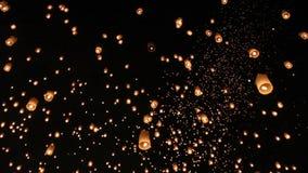 Sväva asiatiska lyktor i ChiangMai arkivfilmer