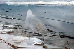 Sväva av is på en stor flod Arkivbilder