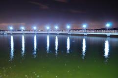 Sväva bron på den Changi stranden vid natt Arkivbilder