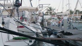 Sväva bryggan med yachter i marina på Gran Canaria i mjukt aftonljus stock video