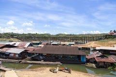 Sväva byn och träbron Royaltyfri Fotografi