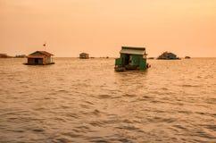 Sväva byn på sjön Tonle underminera royaltyfri fotografi