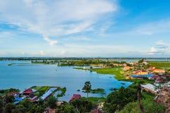 Sväva byn på Tonle underminera royaltyfri foto