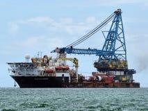 Sväva Craneship som är kommande till skeppsvarven royaltyfri fotografi