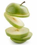Sväva det isolerade skivade gröna äpplet Royaltyfri Foto