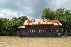 sväva det träthailändska huset nära floden Fotografering för Bildbyråer