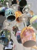 Sväva färgrika vinexponeringsglas arkivfoto