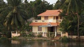 Sväva förbi en djungel med gömda hus i Indien stock video